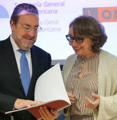 La secretaria general iberoamericana, Rebeca Grynspan, y el Presidente la Fundación ONCE, Miguel Carballeda, revisan el convenio